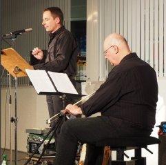 """Zu Gast bei uns am 5. Mai 2015: Olaf Reitz (Textfassung und Sprecher) und Harald Eller (Bass und Daxophon) mit einem musikalisch-literarischen Programm zu Franz Kafkas """"Der Bau""""."""