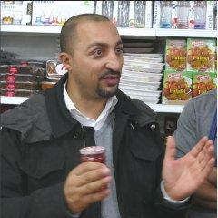 """Samy Charchira beim Rundgang """"Fremde, Nachbarn, Freunde"""" durch den marokkanischen Teil des Stadtteils Oberbilk am 30.9. und 1.10.2015 mit der Zentralbibliothek."""