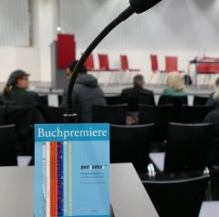 Am 29.1.2016 war Buchpremiere von postpoetry.NRW Poesiebotschaften aus fünf Jahren. Mit den Preisträgern und Preisträgerinnen der vergangenen Jahre in der Zentralbibliothek.