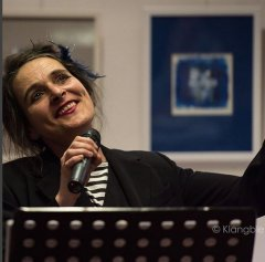 """Am 6.4.2016 war Barbara Kleyboldt (Gesang) mit Niclas Floer (am Piano und nicht im Bild) mit dem """"Französischen Chanson Abend"""" vom ROTO Theater zu Gast in der Bücherei Benrath."""