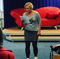 """Am 22.4.2016 war Laura Karsties vom zakk mit der Einladung zum Mitsingen """"SingBar"""" Gast in der Bücherei Rath."""