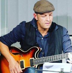 """Am 28.4.2016 war Rolf Springer mit Bluesgitarre und Saxophon bei dem dritten """"Düsseldorfer Literaturkonzert"""" des Jahres Gast in der Zentralbibliothek Düsseldorf."""
