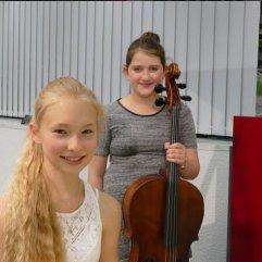 """Am 31.05 sorgten Lotte Kläsgen, Cello ( Landespreisträgerin Jugendmusiziert ) und Chiara Wernet, Klavier (Bundespreisträgerin Jugendmusiziert ) für musikalische Unterhaltung bei """"Musik im Gespräch """" in der Zentralbibliothek."""