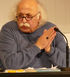 """Suleman Taufiq war am 2.11.2017 zu Gast in der Zentralbibliothek. Der Abend stand unter dem Thema: """"Jeder Mensch hat zwei Heimaten: Syrien und seine eigene""""."""