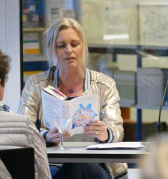 """Am 20.3.2018 war Judith Pinnow im Rahmen der """"Frisch gepresst""""-Reihe zu Gast in der Zentralbibliothek. Sie stellt ihren Roman """"Die Phantasie der Schildkröte"""" vor."""